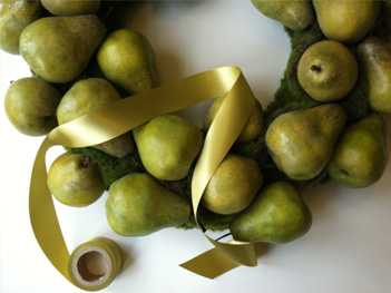 Pear_wreath_ribbon_CU